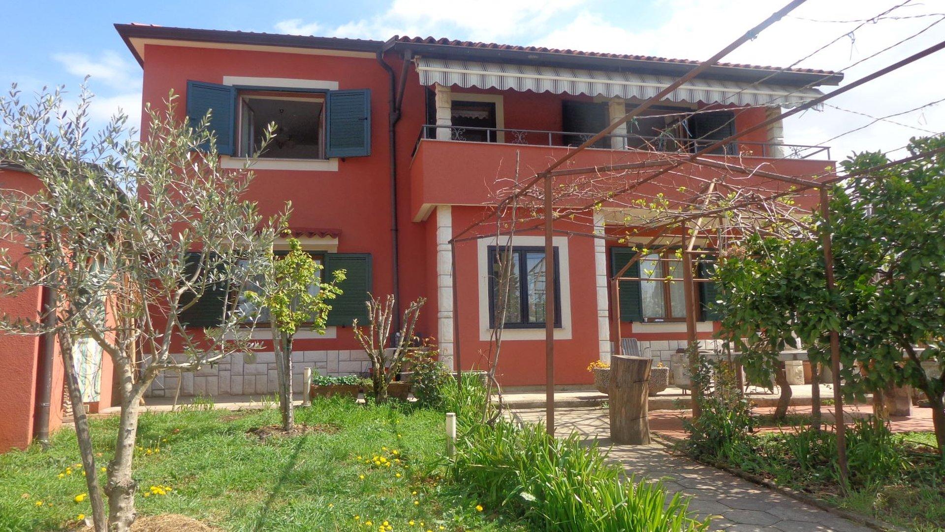 Haus in Strandnähe mit offenem Meerblick in exzellenter Lage in Istrien