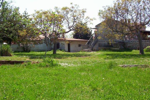 La casa con un grande terreno edificabile