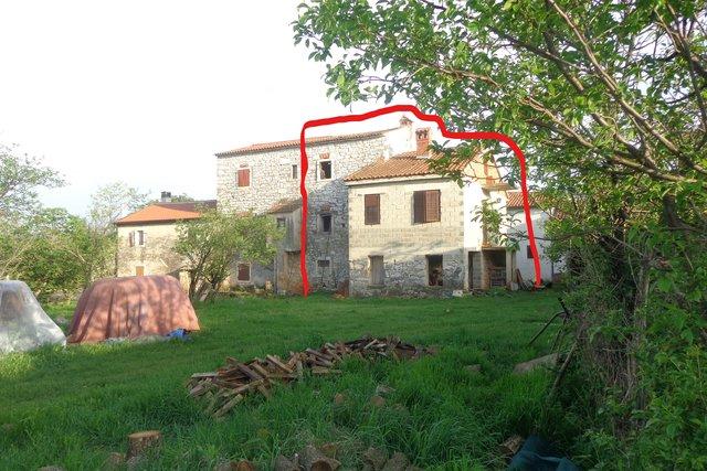 Casa in pietra con un edificio collegato, la stalla e grande tereno