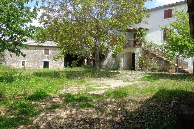 Istarska Stancija  s popratnim objektima i velikim dvorištem