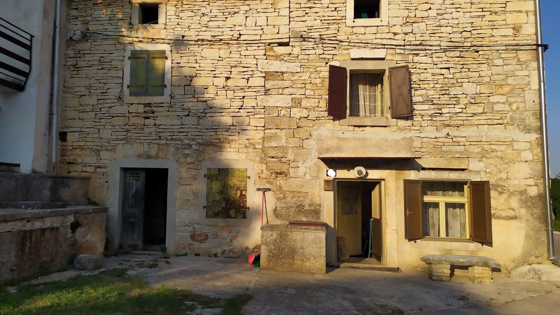 Kamene Istarske Kućice između Bala i Rovinja